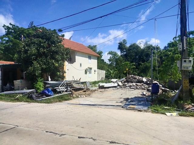Cùng một thửa đất, nhà bị phá dỡ còn nhà chưa xử lý.