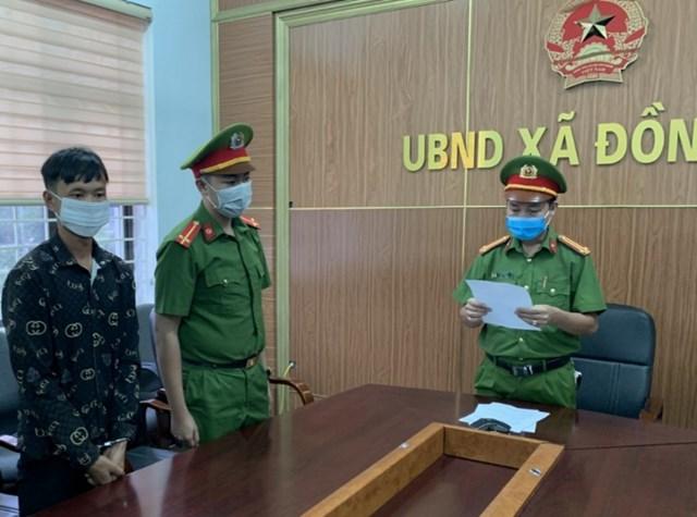 Công an huyện Ba Chẽ tống đạt lệnh bắt khẩn cấp Triệu A Hai.