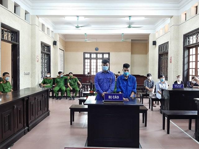 Bị cáo Phong và Ba tại phiên xử sơ thẩm vụ án mua bán, tàng trữ ma tuý được giấu trong quả bí ngô.