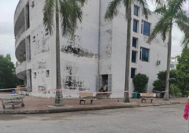 Thi thể nam bệnh nhân được phát hiện tại kho chứa rác của Trung tâm Y tế huyện Kim Thành (Hải Dương).