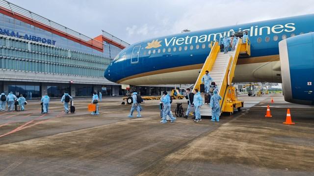 """Sân bay Quốc tế Vân Đồn đã đón thành công chuyến bay thứ 4 đưa 301 khách có """"Hộ chiếu vaccine"""" từ Pháp về Việt Nam."""