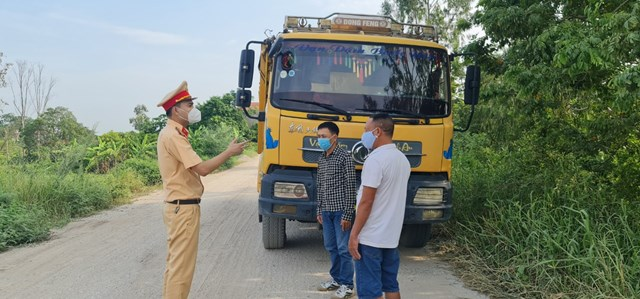 Cảnh sát giao thông huyện Thanh Miện (Hải Dương) tăng cường kiểm soát, tuyên truyền các lái xe, chủ bến bãi thực hiện nghiêm các quy định về ATGT.