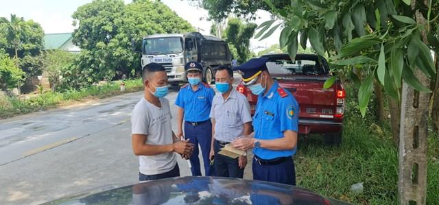 Lực lượng Thanh tra giao thông tỉnh Hải Dương kiểm tra các phương tiện vận tải trên tuyến đường tỉnh 194B.