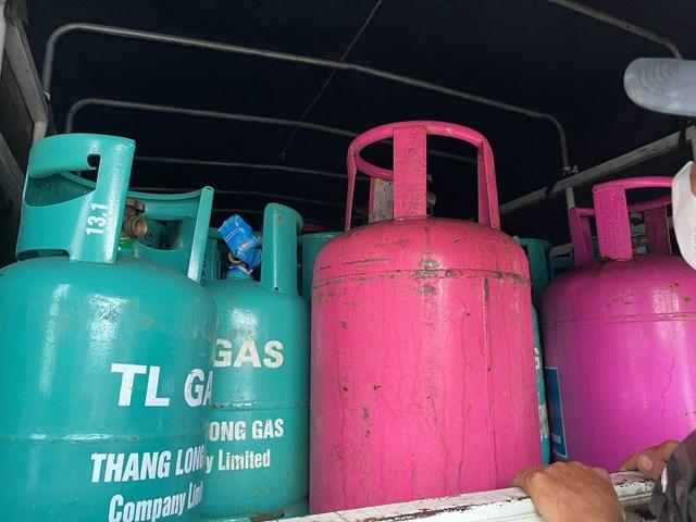Thùng xe ô tô tải BKS 34C-106.09 đỗ trong kho hiện có 202 bình đã được bơm đầy gas, trong đó có 159 bình gas đã được đóng niêm màng co. Trên ca-bin xe có hơn 1000 chiếc niêm màng co của các hãng gas Venus, Total Gas, City Gas, An Phú Hưng Gas, Petrolimex, Công ty TNHH TM Trần Hồng Quân… và 233 tem chống hàng giả.