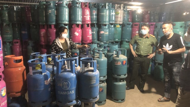Lực lượng chức năng tiến hành kiểm tra nhà kho của Công ty Vận tải Hồng lạc.