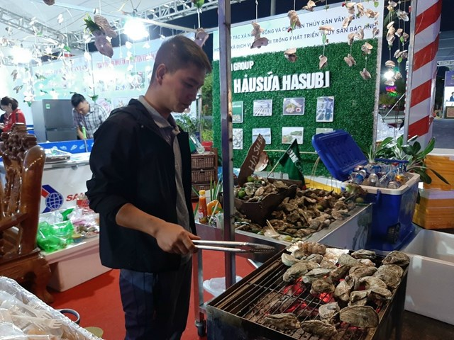 Thi chế biến các món ăn từ con hàu trong Liên hoan Ẩm thực Vân Đồn.