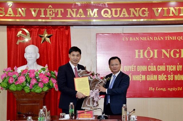 Đồng chí Cao Tường Huy, Phó Chủ tịch Thường trực UBND tỉnh trao quyết định bổ nhiệm có thời hạn chức vụ Giám đốc Sở NN&PTNT cho đồng chí Nguyễn Văn Công.