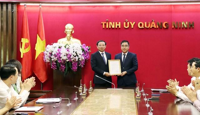 Đồng chí Nguyễn Xuân Ký, Bí thư Tỉnh ủy, Chủ tịch HĐND tỉnh, trao quyết định bổ nhiệm có thời hạn đồng chí Nguyễn Chí Thành giữ chức Chánh Văn phòng Tỉnh ủy.