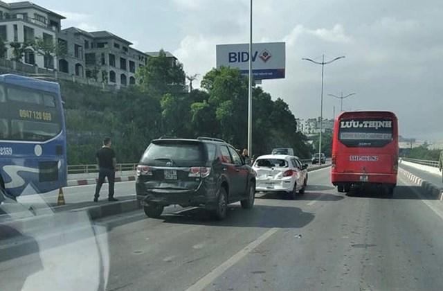 Hiện trường tai nạn liên hoàn giữa 4 xe ô tô trên cầu Bãi Cháy.
