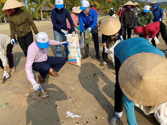 Người dân tham gia dọn rác trên bãi biển Tuần Châu.