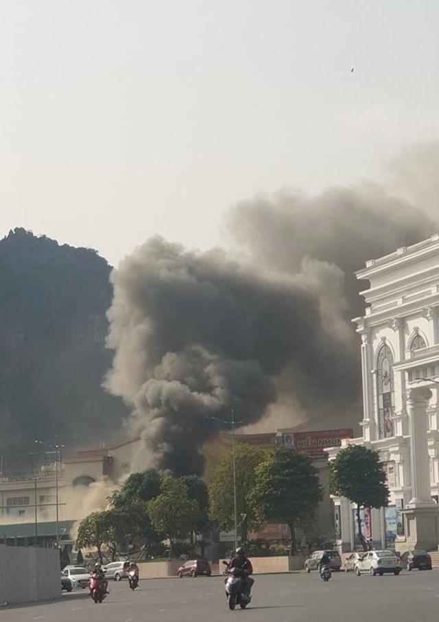 Đám cháy nhìn từ xa. Ảnh CTV