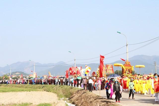 Lễ rước tượng Phật ngọc Thích Ca về chùa Quỳnh Lâm vào ngày cuối tuần 28/11 thu hút đông đảo người dân, du khách tới tham dự.