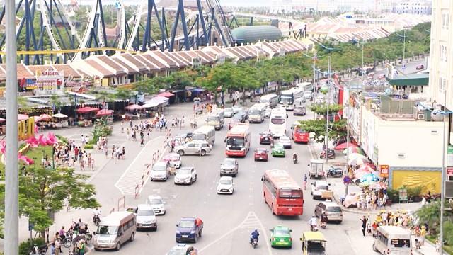 Dịp cuối tuần tại khu du lịch Bãi Cháy, TP Hạ Long có rất đông xe qua lại.