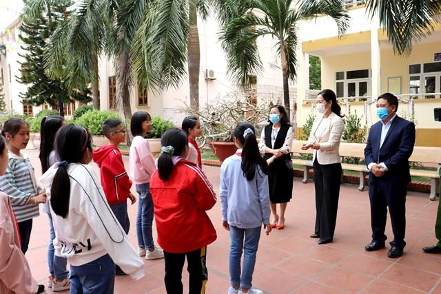 Phó Chủ tịch UBND tỉnh Nguyễn Thị Hạnh trò chuyện cùng học sinh Trường Tiểu học Trần Hưng Đạo về các biện pháp phòng, chống dịch Covid-19.