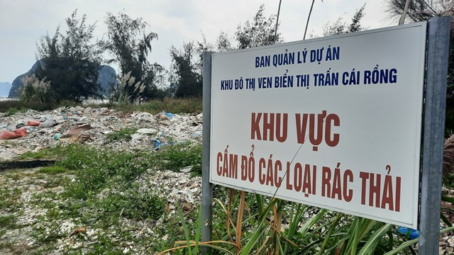 Mặc dù có biển cấm của Ban quản lý dự án khu đô thị, nhưng các đối tượng vẫn lén lút đổ trộm vỏ hàu.