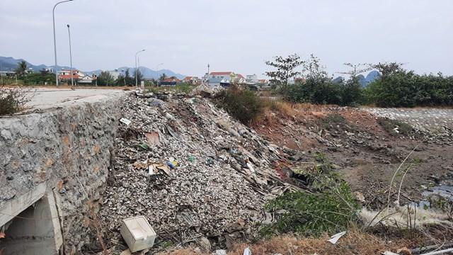 Các đối tượng đổ trộm thường chọn những khu đất trống, vắng người qua lại để đổ trộm vỏ hầu