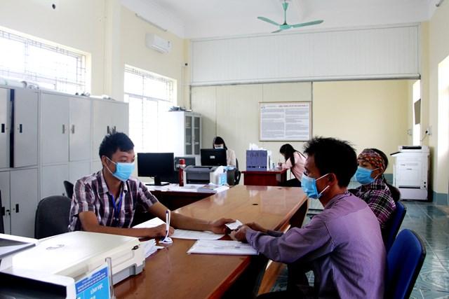 Cán bộ Bộ phận tiếp nhận và trả kết quả hiện đại xã Hải Sơn (TP Móng Cái) luôn tạo thuận lợi giải quyết thủ tục hành chính cho người dân. Ảnh: THU CHUNG