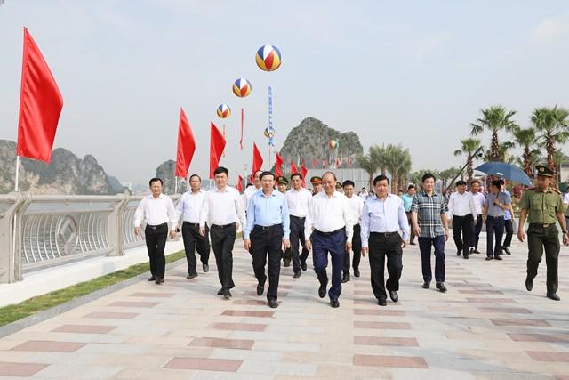 Thủ tướng Chính phủ Nguyễn Xuân Phúc tham quan đường bao biển Trần Quốc Nghiễn (TP Hạ Long), tháng 5/2020. Ảnh: Đỗ Phương