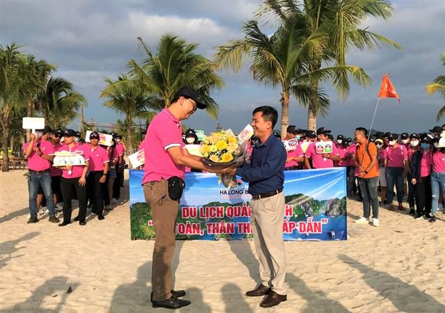 Đoàn du khách đầu tiên từ TP Hồ Chí Minh đến Hạ Long theo chương trình kích cầu giữa 2 địa phương, tháng 10/2020. Ảnh: Hoàng Quỳnh