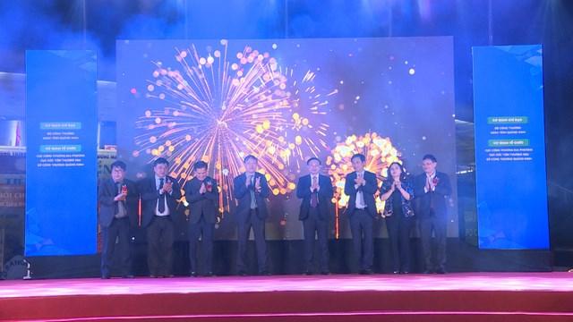 Các đồng chí lãnh đạo tỉnh Quảng Ninh thực hiện nghi thức khai mạc hội chợ.