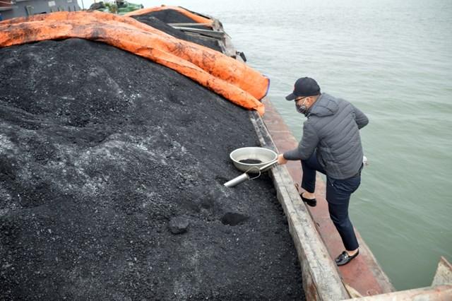 Cơ quan giám định lấy mẫu than trên tàu BN-0629