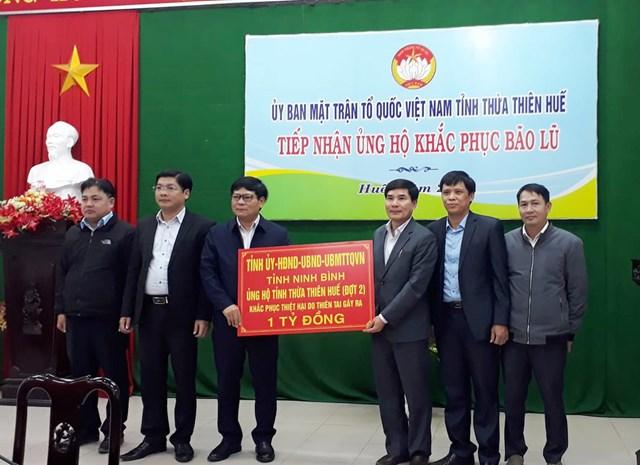 Cùng ngày, đoàn cũng đã đến thăm và trao số tiền 1 tỷ đồng tại tỉnh Thừa Thiên - Huế.