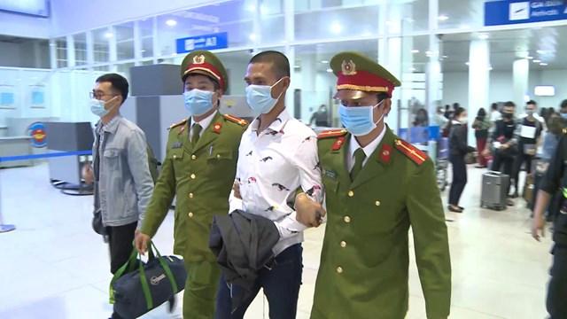 Lực lượng công an bắt giữ đối tượng Hoàng Văn Chuyên (áo trắng).