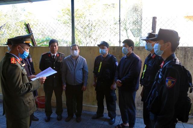 Cơ quan Công an đọc lệnh bắt giữ hai đối tượng Trọng và Tuyênđể điều tra về hành vi tổ chức đưa người Trung Quốc nhập cảnh trái phép vào Việt Nam.