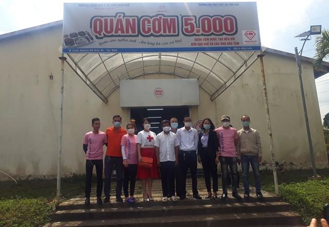 Ông Đoàn Ngọc Hải chụp ảnh lưu niệm với đại diện các thành viên thành lập quán Cơm 5000.