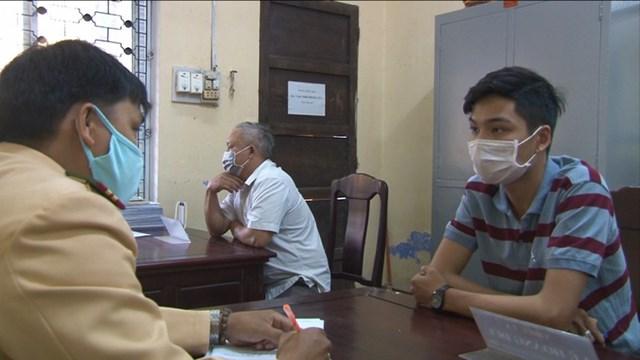 Cơ quan công an làm việc với thanh niên Lê Nguyên Thanh Bình (bìa phải).