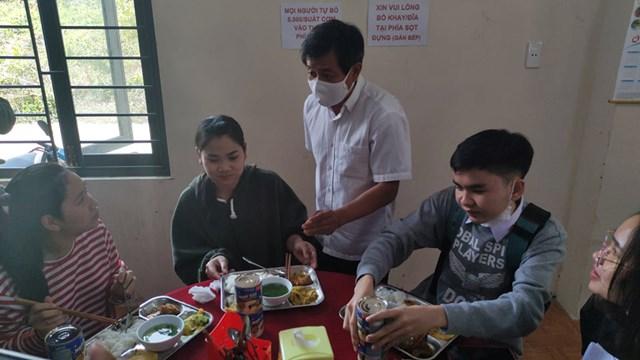 Ngoài ra, ông còn tặng mỗi người 2 hộp sữa đặc và cùng trò chuyện với các bạn sinh viên.
