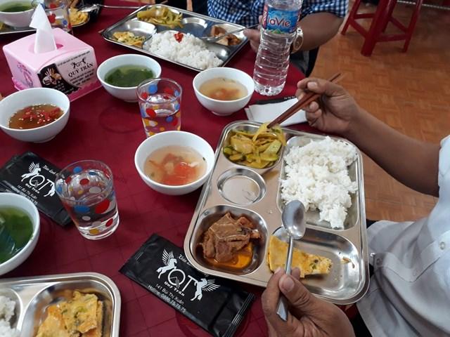 Suất cơm của ông Đoàn Ngọc Hải dùng cũng là suất cơm của những người đến ăn tại quán.