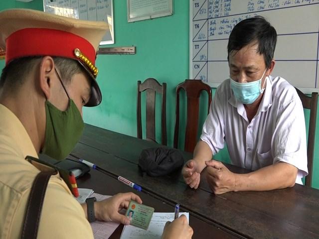 Lực lượng chức năng làm việc với tài xế Đỗ Tuấn Phúc.