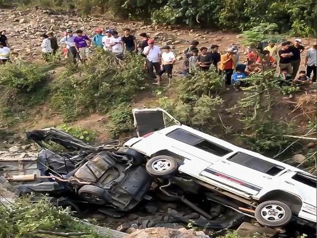 Vụ tai nạn làm 3 xe rơi xuống vực xảy ra vào chiều 20/3. Ảnh: N.D.