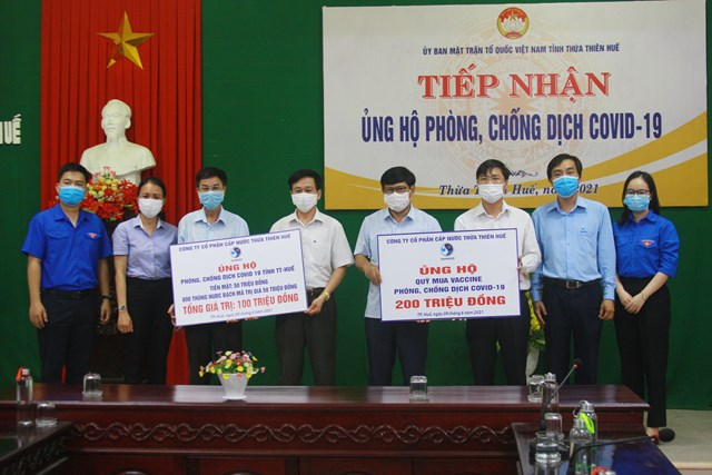 Đại diện lãnh đạo Công ty CP Cấp nước Thừa Thiên - Huế ủng hộ 200 triệu đồng Quỹ Vaccine phòng Covid-19.