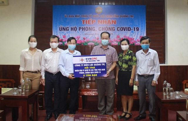 Đại diện Điện lực Quảng Trị trao 2 tấn gạo chung tay cùngTPHồ Chí Minh và các tỉnh phía Nam đẩy lùi dịch bệnh Covid-19.
