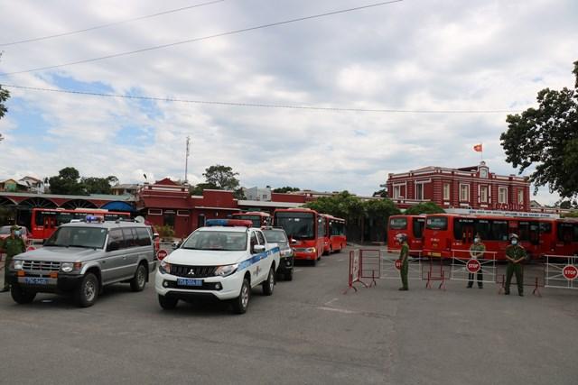 Đoàn xe đưa các công dân từ ga Huế đến khu cách ly tập trung tại Khung T4 thuộc phường Phú Thượng, TP Huế.