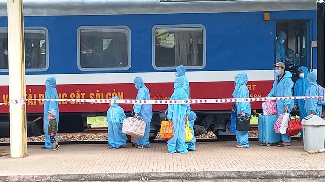 Nhiều em nhỏ đi cùng với bố mẹ từ vùng dịch TP Hồ Chí Minh được đưa về quê trên chuyến tàu lần này.