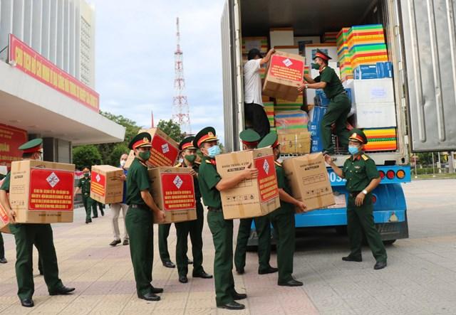 Cán bộ, chiến sĩ Bộ CHQS tỉnh Thừa Thiên - Huế xếp hàng hoá lên xe để vận chuyển vào TP Hồ Chí Minh.