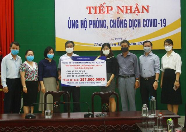 Đại diện Công ty HBI trao tặng vật tư y tế phòng, chống dịch Covid-19.