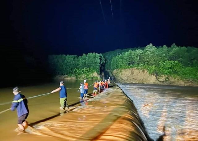 Lực lượng chức năng kịp thời cứu hộ 3 người dân bị cô lập suốt 15 giờ tại khu vực đập tràn. Ảnh: Công an cung cấp.