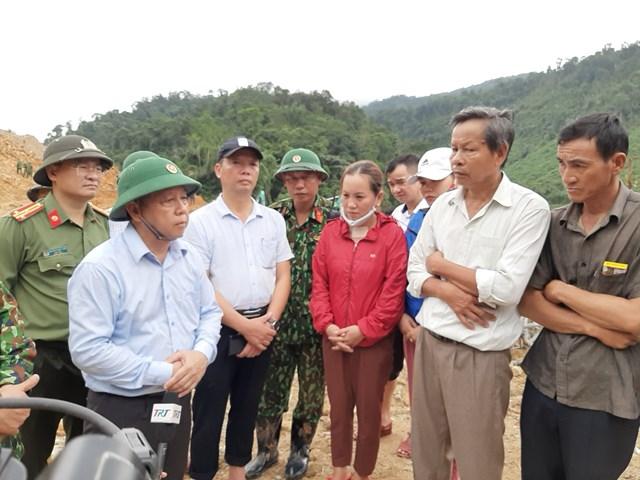 Ông Phan Ngọc Thọ (bìa trái), Chủ tịch UBND tỉnh Thừa Thiên - Huế chia sẻ với gia đình nạn nhân.