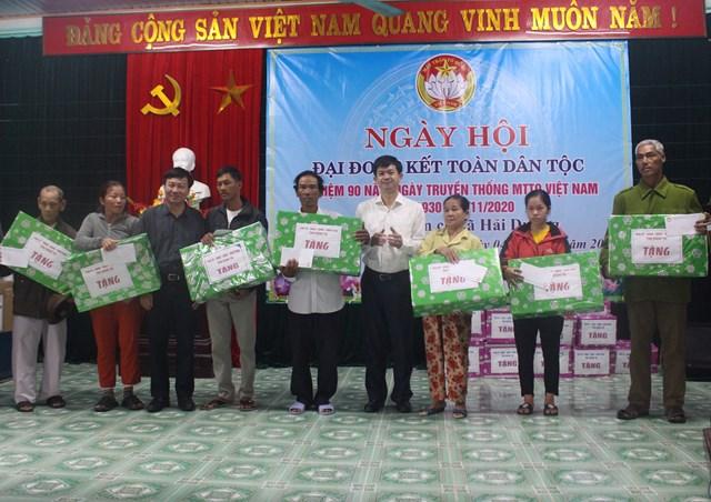 Bí thư Tỉnh ủy Lê Quang Tùng, Chủ tịch Ủy ban MTTQ Việt Nam tỉnh Quảng Trị Đào Mạnh Hùng tặng quà cho người dân có hoàn cảnh khó khăn tại xã Hải Dương.