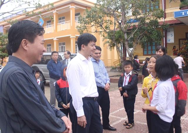 Ông Lê Quang Tùng trò chuyện với học sinh trường Tiểu học và THCS Hải Dương.