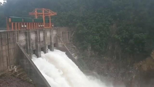 Nhà máy thủy điện Thượng Nhật không chấp hành mở hoàn toàn 5 cửa van để ứng phó với bão số 13.