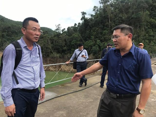 Ông Lê Văn Khoa (bìa phải), Chủ đầu tư nhà máy thủy điện Thượng Nhật báo cáo với đoàn công tác Bộ Công thương.