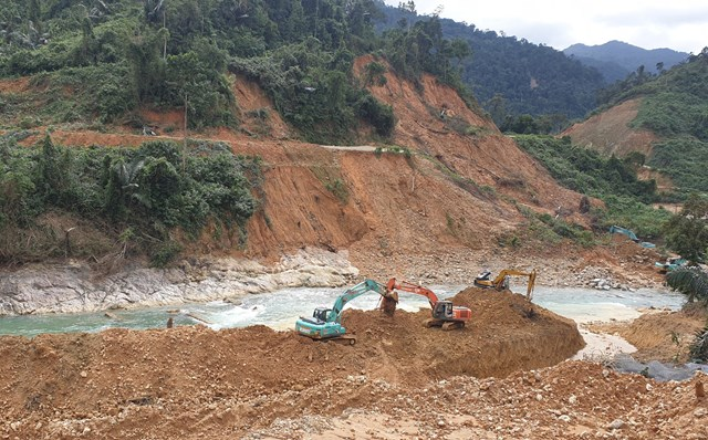Lực lượng chức năng tỉnh Thừa Thiên – Huế bắt đầu nắn dòng Rào Trăng tìm kiếm những nạn nhân còn mất tích.