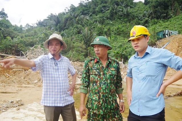 Trung tá Phan Thắng (giữa) trực tiếp chỉ đạo công tác tìm kiếm các nạn nhân còn mất tích.
