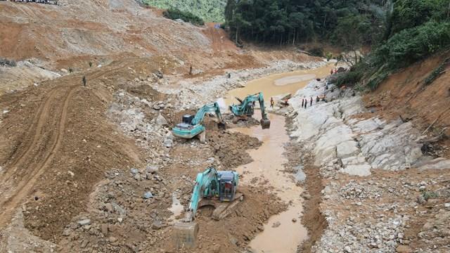 Các lực lượng chức năng đang tìm kiếm các nạn nhân còn mất tích tại khu vực lòng sông Rào Trăng.