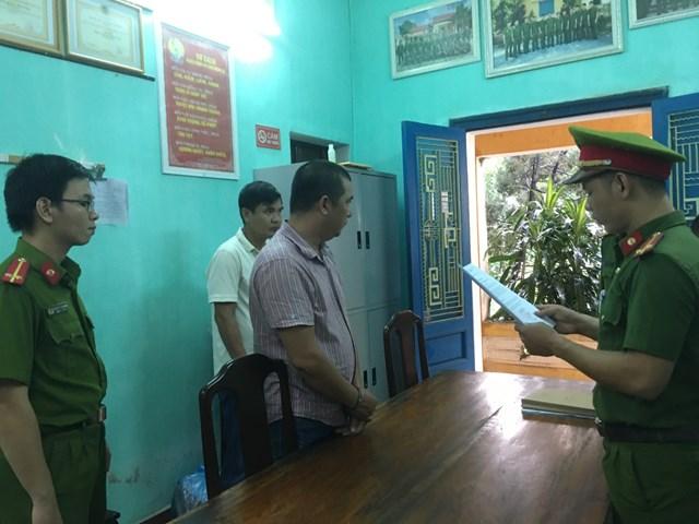 Cơ quan CSĐT Công an thành phố Huế đọc lệnh bắt tạm giam đối với Nguyễn Phước Quý Tuấn (áo kẻ sọc).